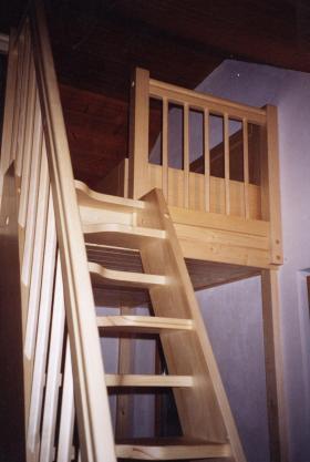 dřevěné samonosné schodiště