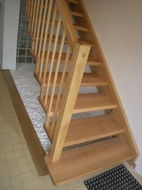dřevěné samonosné schodiště lomené