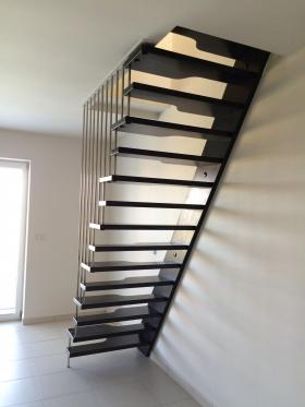 Zavěšené mlynářské schodiště kombinace dřevo - kov